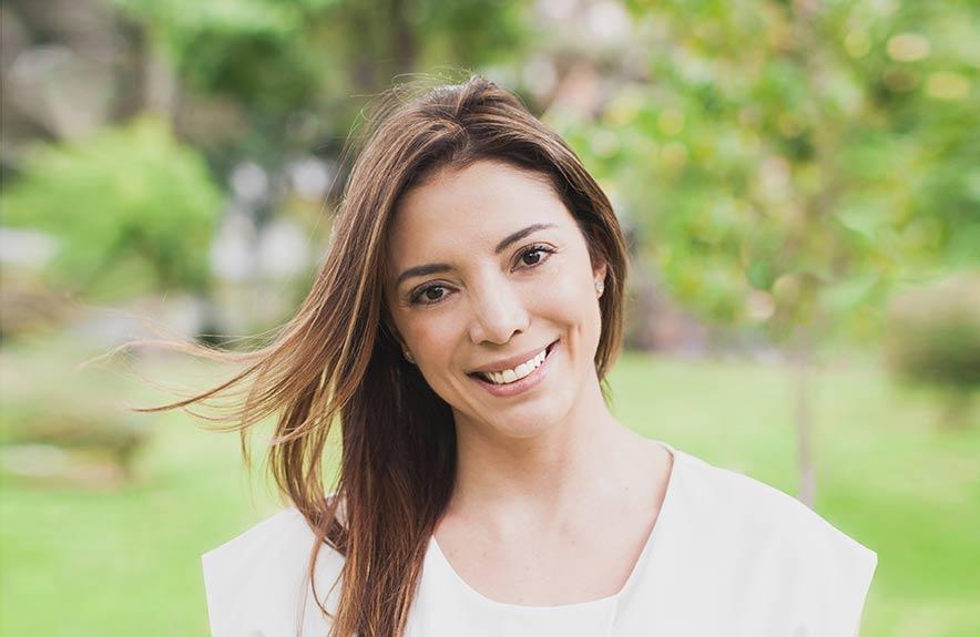 Andrea Ortega Bechara en un jardín verde