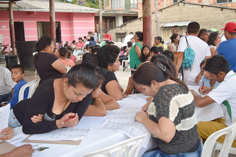 Personas escribiendo sobre una mesa en barrio la reserva