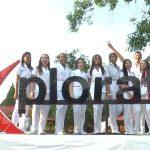 Software Explorate chicas vestidas de blanco tomando un cartel