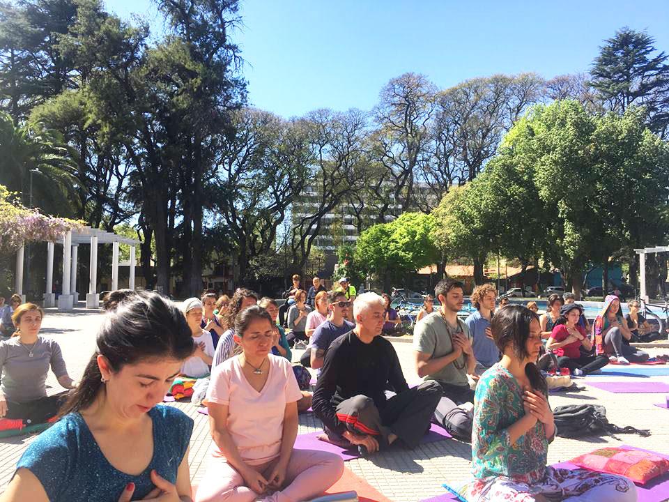 Gente meditando en Plaza Italia en Mendoza, Argentina