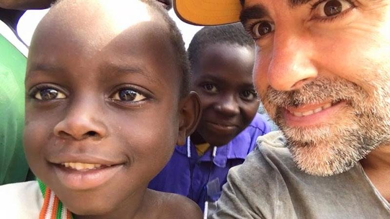 Rubén Lopez sacando una selfie junto a unos niños
