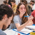 Jóvenes estudiando en un centro de Estudios.
