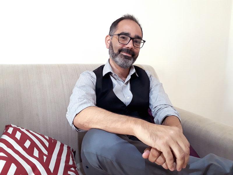 Ignacio Torre hablando sobre cuidados paliativos en el sillon de su oficina