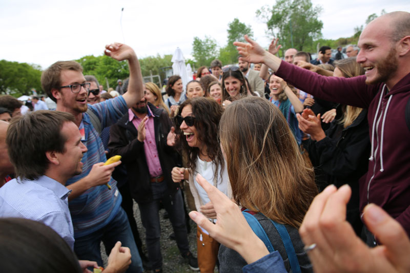 Gente festejando en Sistema B.