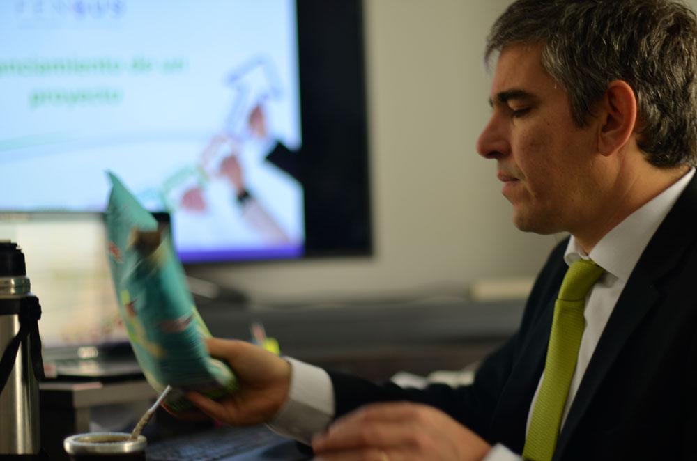 Heraldo Muñoz en su oficina, leyendo papeles.
