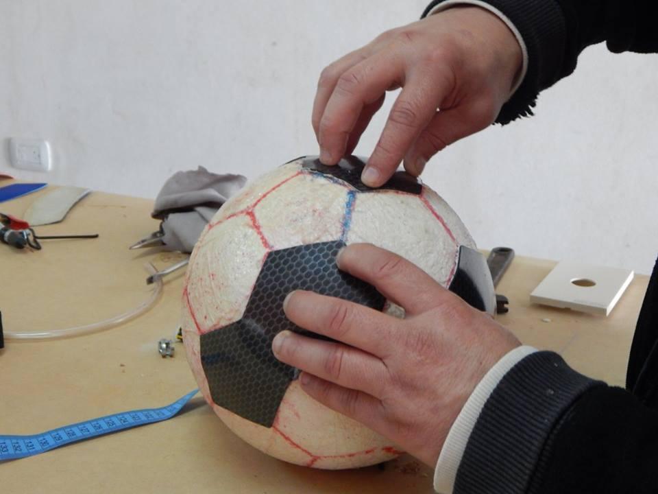 Hombre armando el diseño de una pelota.
