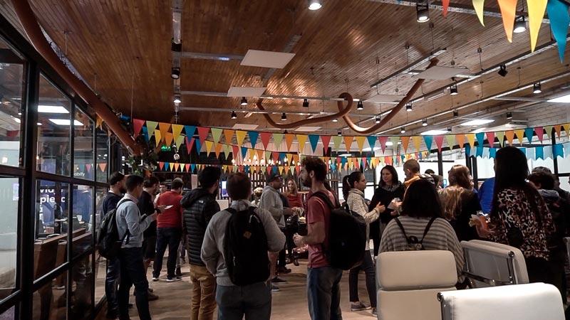 Personas conversando en Campus Olegario de Mendoza.