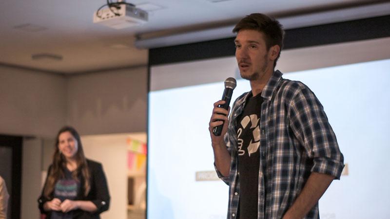 Joven dando una conferencia en Campus Olegario.