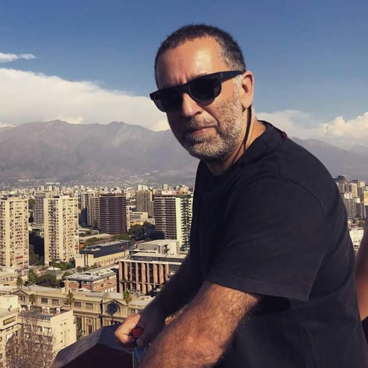 Pablo Reyes con el paisaje de la ciudad de Mendoza y la cordillera detrás.