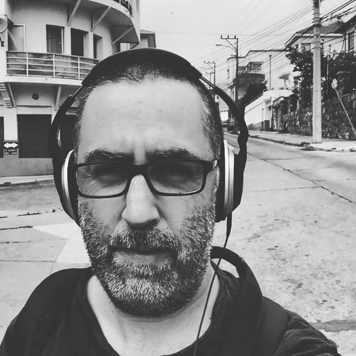 Pablo Reyes caminando por la ciudad.