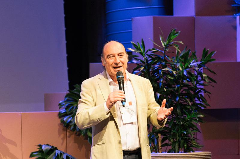 Pedro Tarak frente a una audiencia en una conferencia.