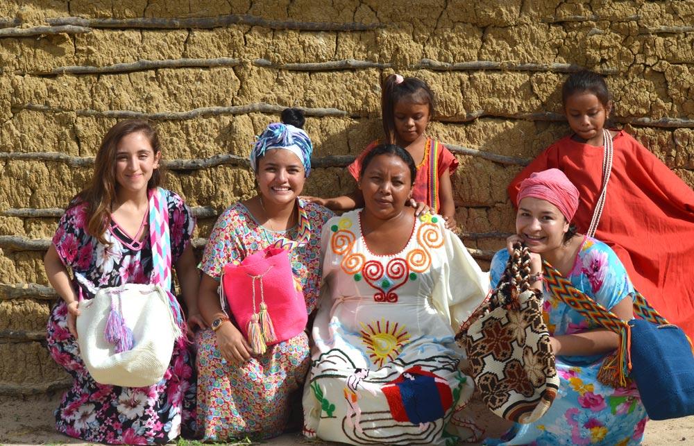 Mujeres vestidas con diferentes colores en Colombia.