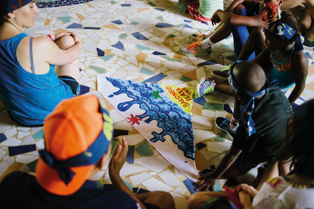Niños de Bakongo pintando en el suelo.