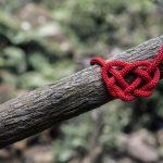 Sandra Ortiz corazón tejido en un tronco de árbol.