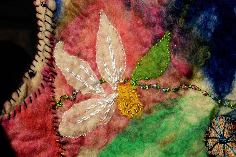 Tela bordada y teñida con tintes naturales.