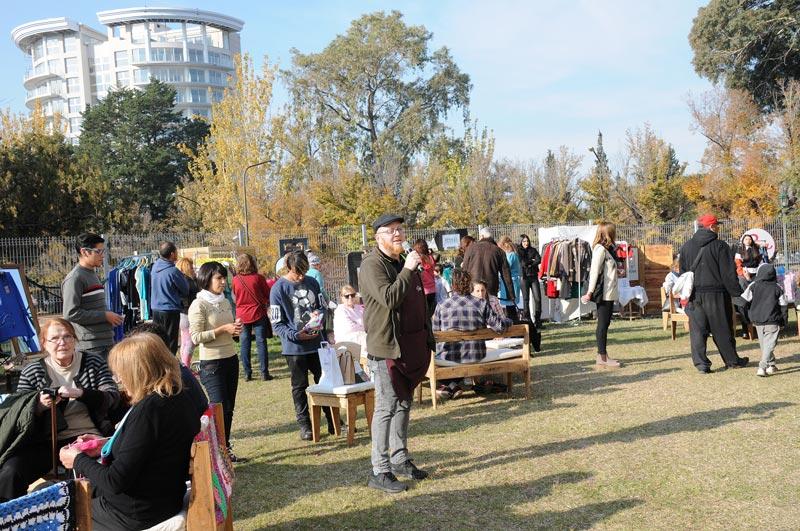 Feria de textiles en el parque General San Martín de Mendoza.