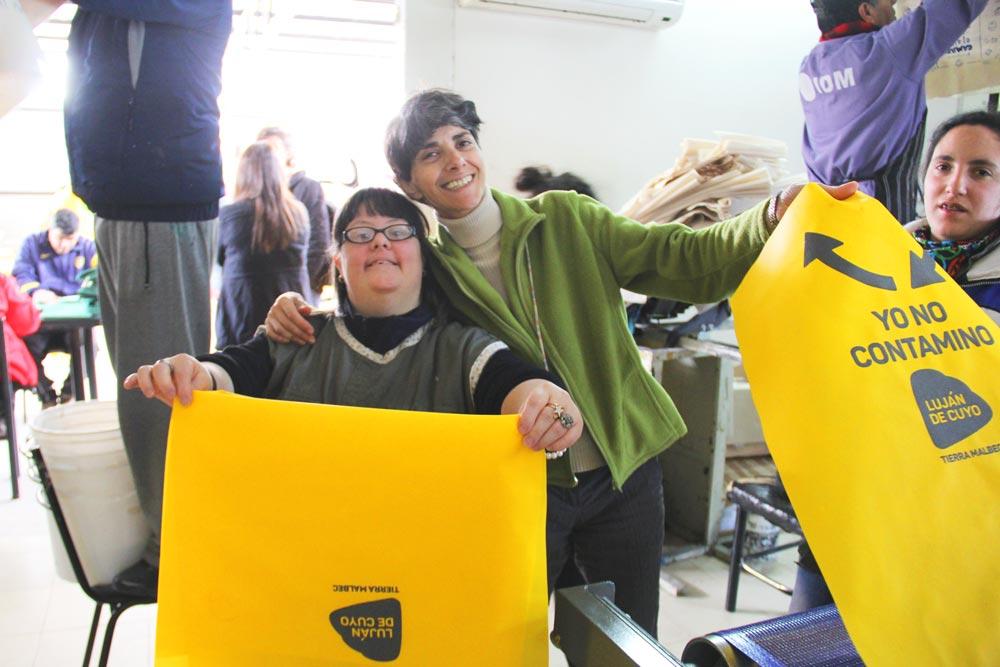 Mujeres con discapacidad trabajando.