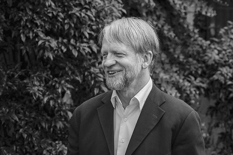 Antanas Mockus sonriendo en una entrevista.