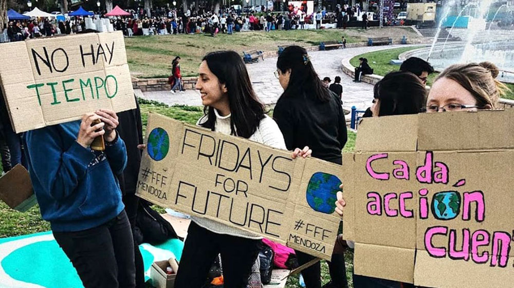 Mujeres con pancartas sobre el cambio climático.