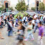 Gente caminando por la calle.