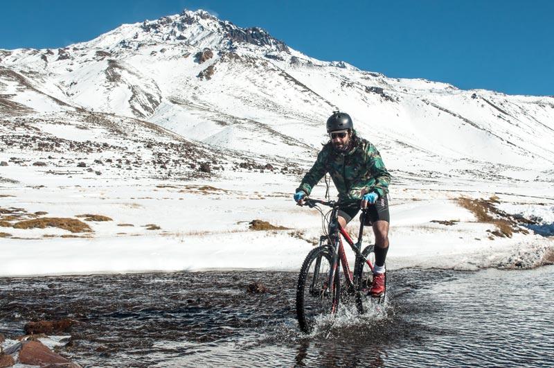 Guillermo Navarro andando en bicicleta por la montaña de Mendoza.