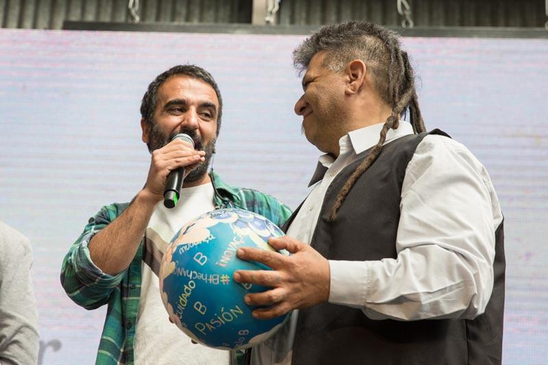Guillermo Navarro brindando cariño a otra persona.