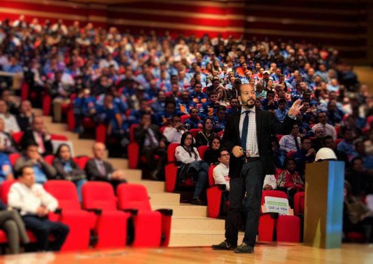 Henry Murraín dando una conferencia.
