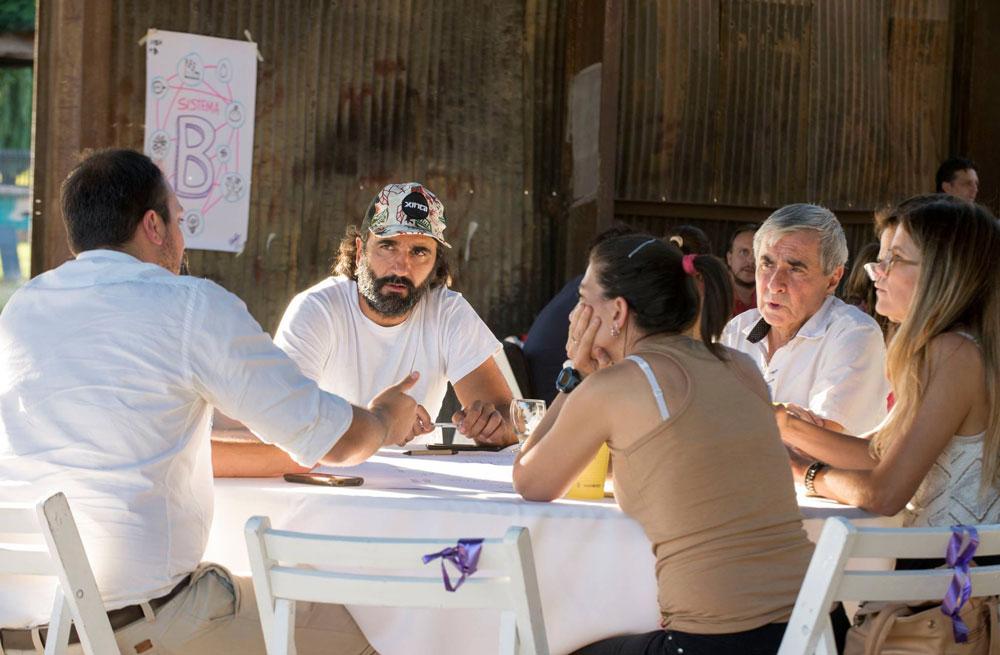 Guilllermo Navarro con una gorra de Xinca, en Encuentro +B.