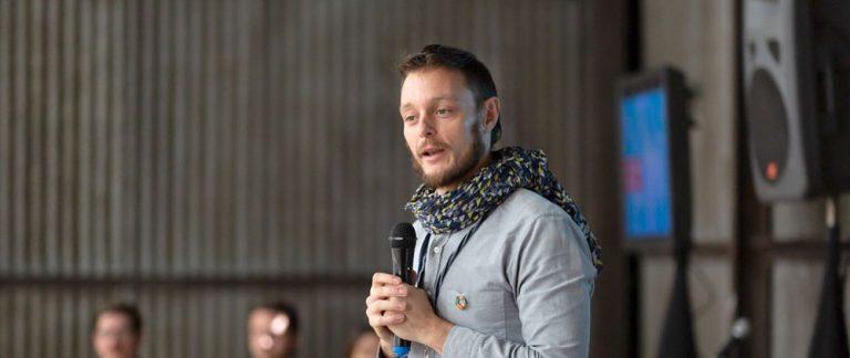 Tomás de Lara dando un discurso para Empresas B.