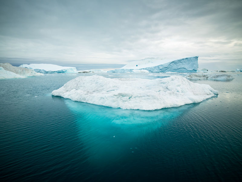 Fotografía de un iceberg en el océano ártico.