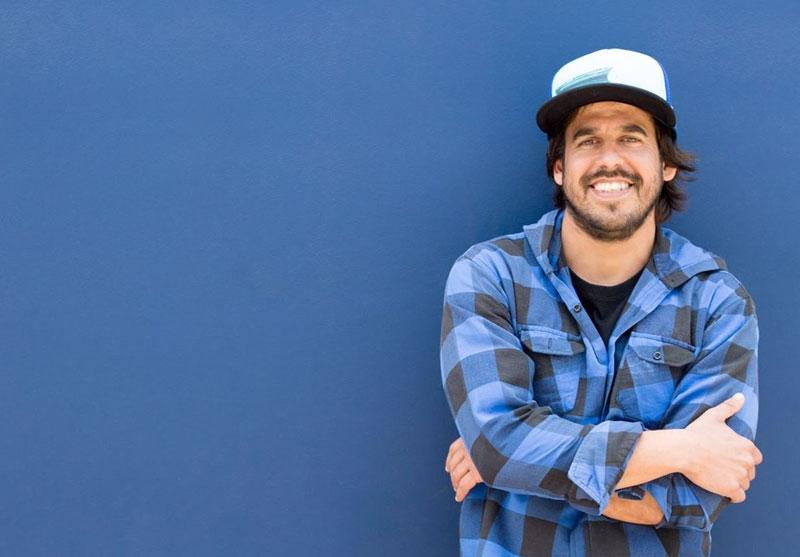 Diego Villarán de Alto Perú sobre una pared azul.