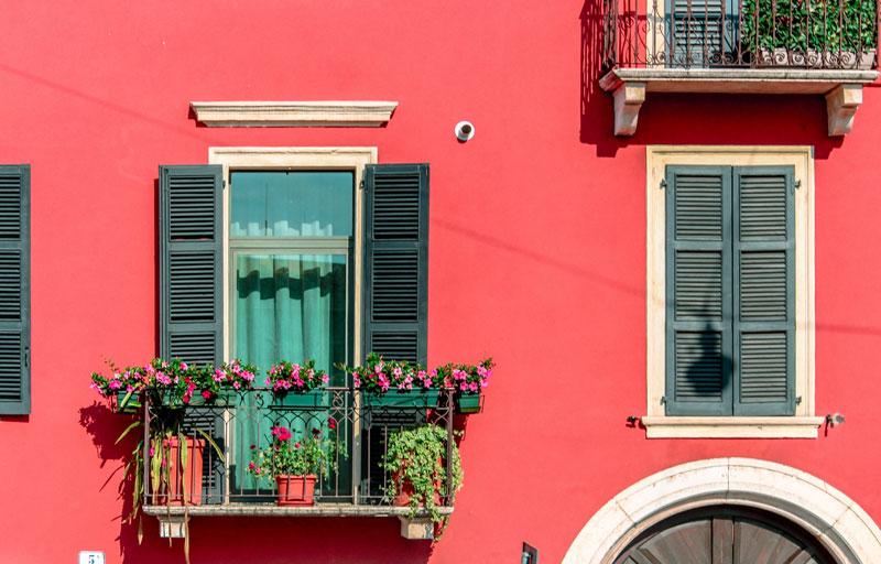 Balcones coloridos en Europa, con pared roja.
