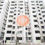 Edificio con señal de Stop en Wuhan, China, por el Coronavirus.