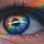 Wisdom Health ojo con un arcoiris encima.