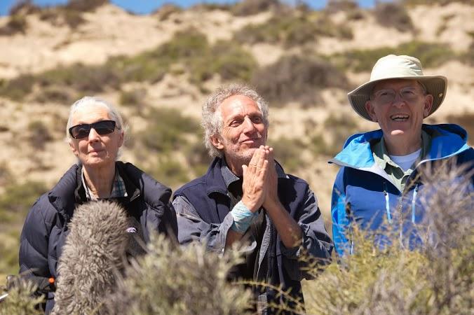 Boy Olmi acompañado de personas en la montaña.