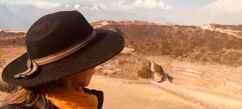 Natalia Meroño mirando hacia el desierto.
