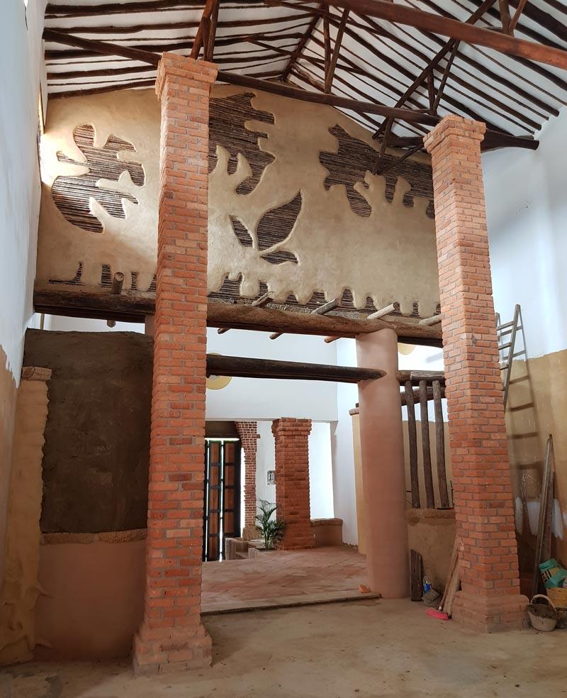 Detalles del insterior de una casa hecha con bioconstrucción.