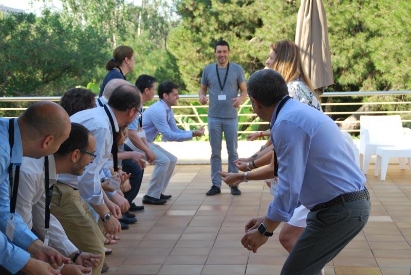 Cristian Figueroa haciendo un juego de destreza.