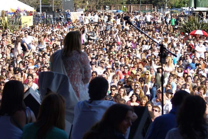 Beatriz Goyoaga frente a una comunidad.
