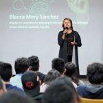 Blanca Mery Sánchez dando una conferencia desde Colombia.