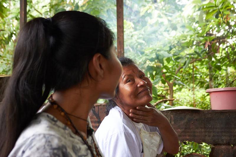 Mujeres indígenas conversando en una entrevista.