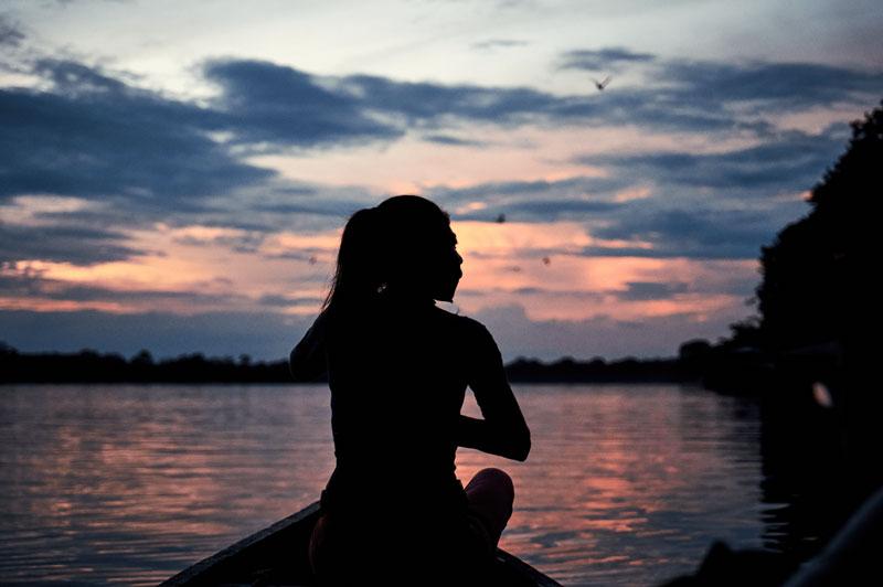 Ünãgükü Taüchina navegando sobre el río Loretoyaco desde Puerto Nariño hacia su comunidad.