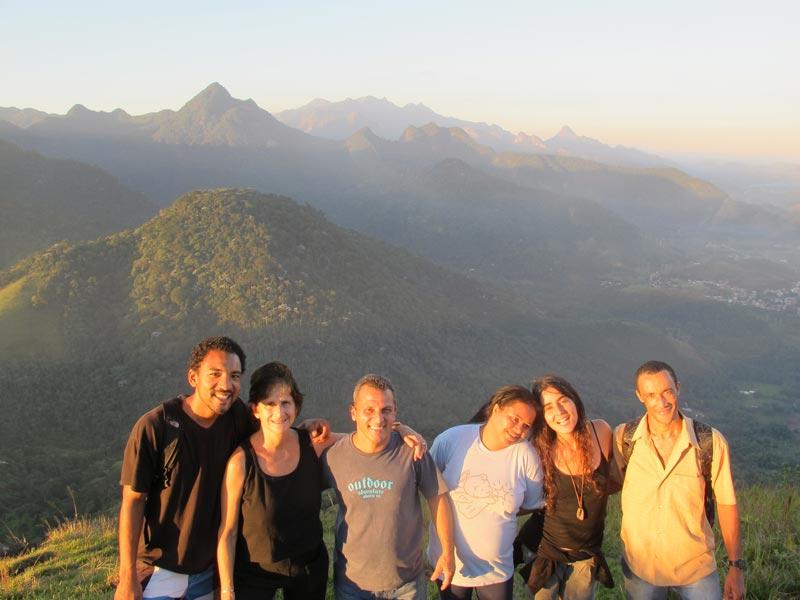 Thais Corral con un grupo de gente en la montaña.
