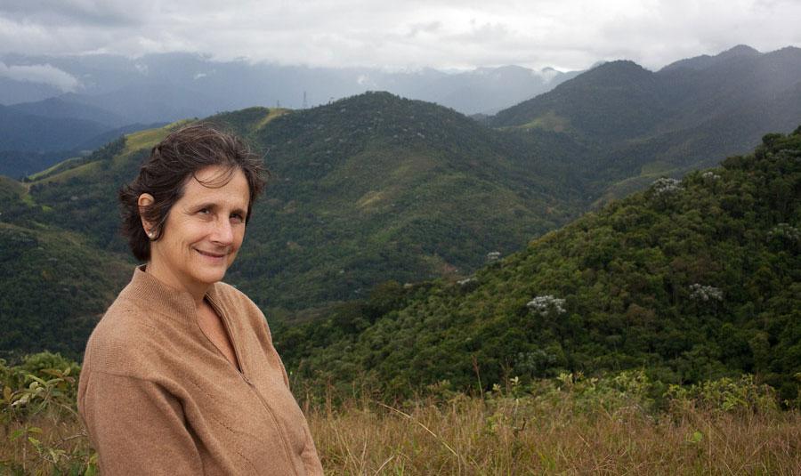 Thais Corral entre las montañas en Brasil.