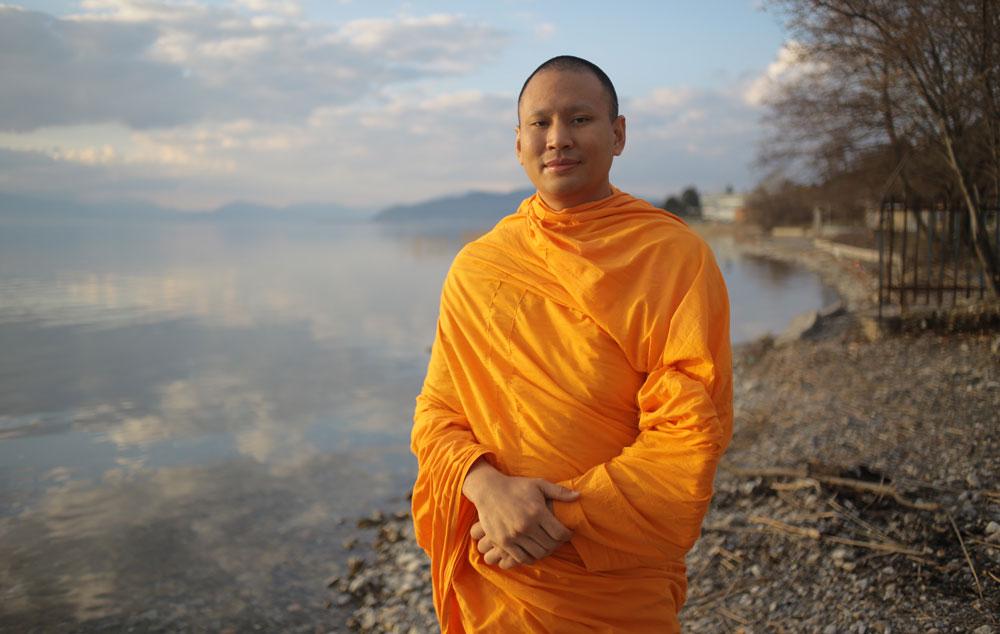 Luang Phi Pasura al lado de un lago en tranquilidad y calma.
