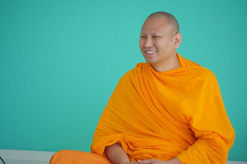 Luang Phi Pasura dando una conferencia.