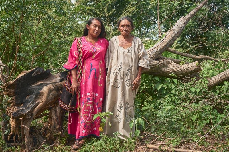 Pareja de mujeres indígenas en la selva.