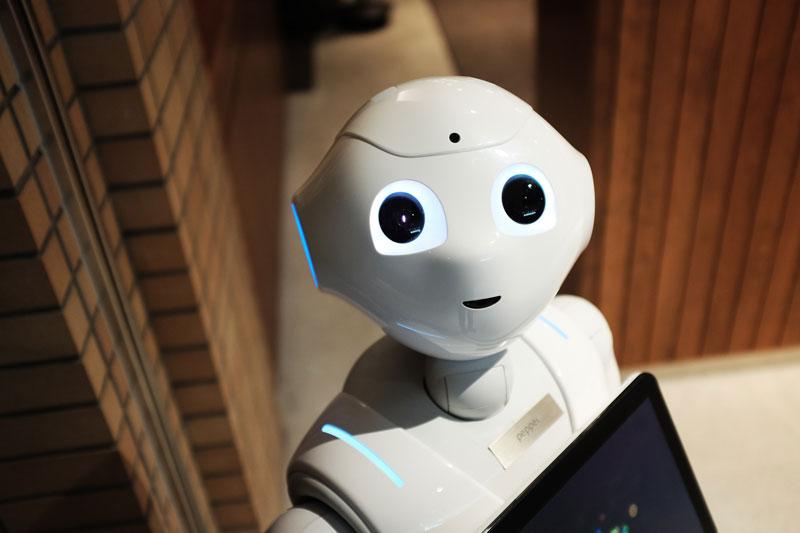 Un robot mirando a la cámara.